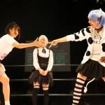 スターダムの渋沢四季(右)がミノスのコスプレで登場。じゃんけん対決で声優の原奈津子に勝利