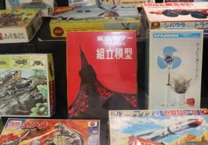 東京タワープラモ。その上にはオランダの風車のプラモも見える。