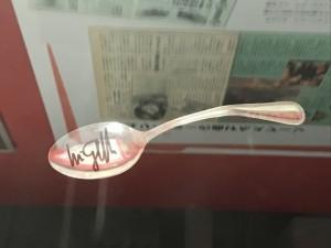 ユリゲラーの曲げたスプーンがサイン付きで展示