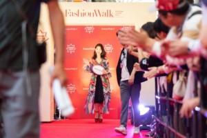 ファッションショーに参加した柏木由紀さん
