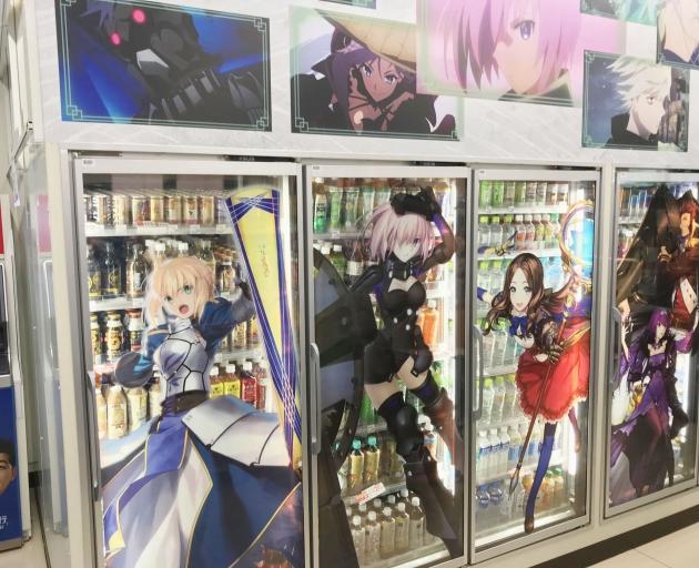 飲料の入った店舗の冷蔵ガラス面にはサーヴァントのイラスト、その上には場面カットが貼られている