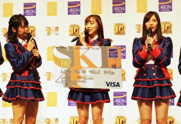 SKEカードを持つ須田