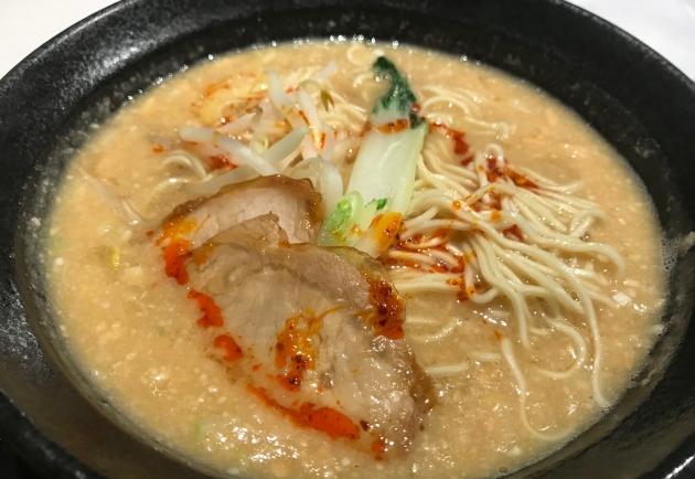 白の担々麺はビジュアルが味噌ラーメンのようだが、白ごまとナッツのペーストが表面にドッサリ乗った感じのクリーミーな担々麺だ。