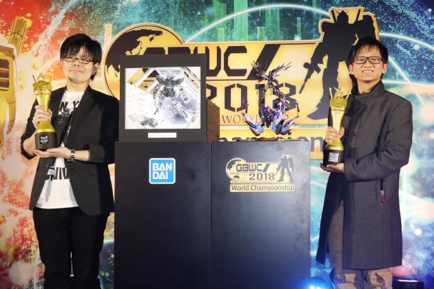 オープンコース優勝の日本代表・佐藤祐介さん(左)とジュニアコース優勝・インドネシア代表のイルワントさん