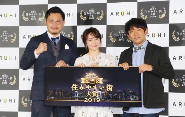 磯山さやか(中央)と、アルコ&ピースの平子祐希(左)と酒井健太