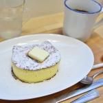 「厚焼きにゃんこパンケーキ」と「砂良さんが淹れるサイフォンコーヒー」(右奥)