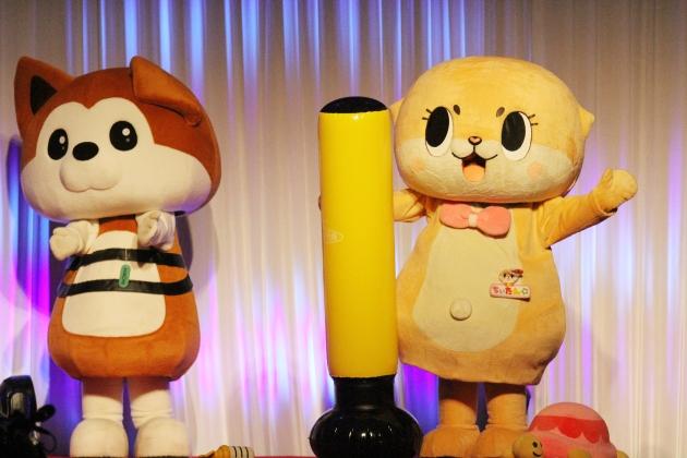 「倒れない棒」持参で登場したちぃたん☆(右)。左は応援する渋谷区公式キャラクター